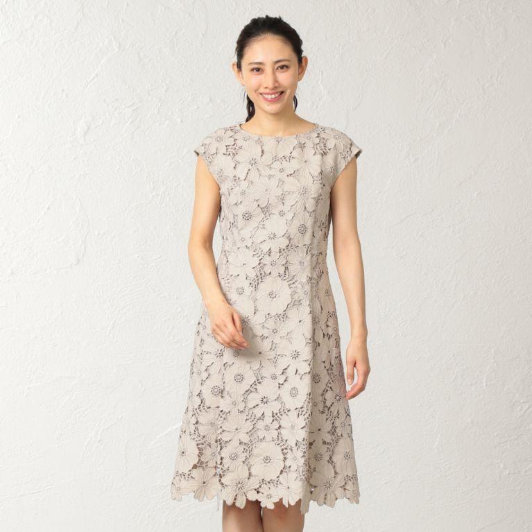 3e7e3754b832c 総エンブロイダリーレースで仕上げた美しいドレス。 立体感ある大胆なフラワーカットデザインが華やかで目を引きます。シンプルシルエットながら存在感ある素材で、  ...